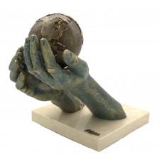 """Скульптура """"Я предлагаю тебе весь мир"""""""