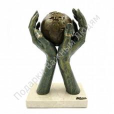 """Скульптура """"Мир в твоих руках"""""""